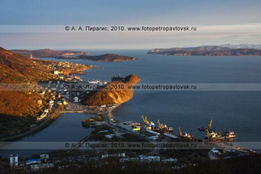 Фотография (панорама) города Петропавловска-Камчатского на закате солнца