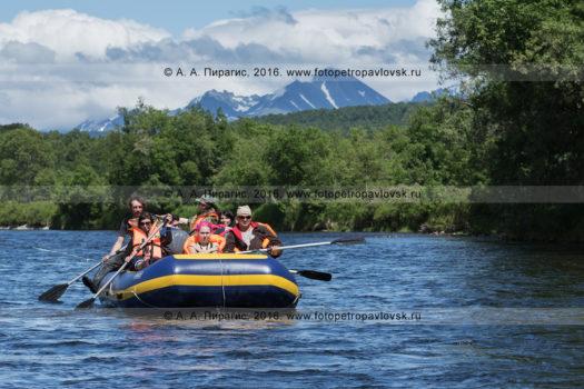 Фотография: туристы и путешественники сплавляются на рафте по реке Быстрой (Малкинская) на Камчатке в хорошую, солнечную погоду