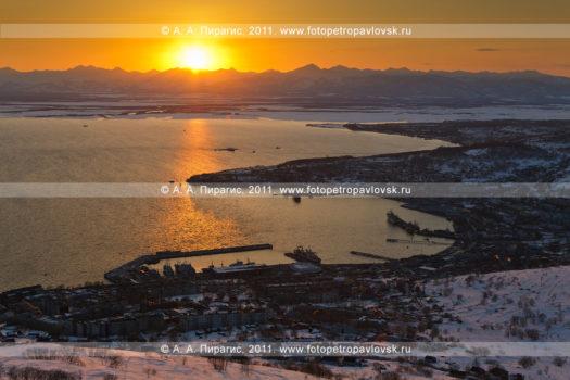Фотография заката солнца над Авачинской губой (Авачинской бухтой) на полуострове Камчатка