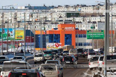 Фотографии города Петропавловска-Камчатского: супермаркет «Шамса», жилые пятиэтажки на Чубарова и автомобили, движущиеся по проспекту Победы в столице Камчатского края