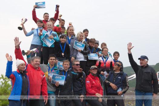 Спортивный фоторепортаж: фотографии церемонии награждения горнолыжников Камчатки — победителей летнего первенства Камчатского края по горнолыжному спорту