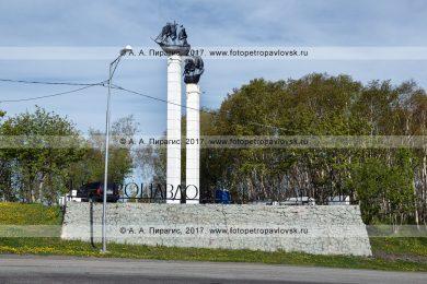 Фотография: Петропавловск-Камчатский, стелы с макетами парусных кораблей при въезде в столицу Камчатского края