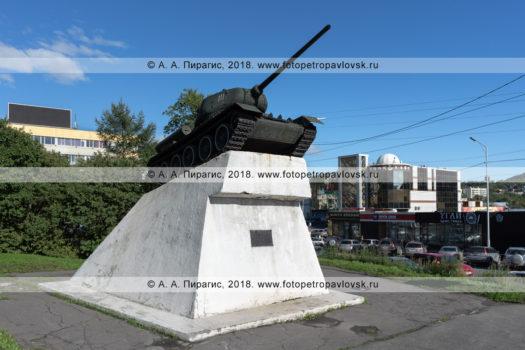 Фотография памятника танку Т-34 на Комсомольской площади в Петропавловске-Камчатском