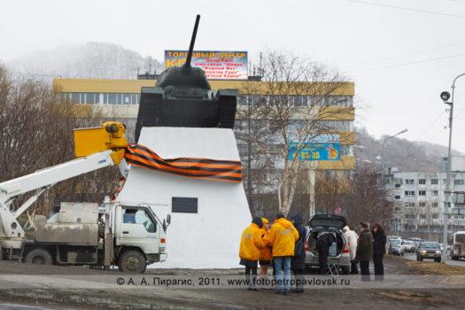 Фоторепортаж: размещение Георгиевской ленты на постаменте памятника танку Т-34 в городе Петропавловске-Камчатском