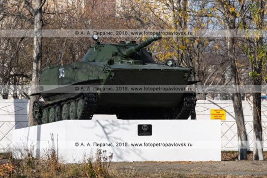 Фотографии памятника советскому легкому плавающему танку ПТ-76 в городе Петропавловске-Камчатском