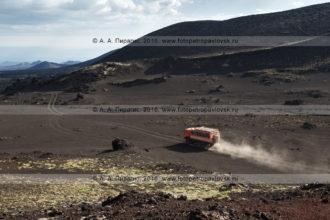 Фотография: экспедиционный туристический автомобиль высокой проходимости КамАЗ-вахтовка везет туристов и путешественников по Толбачинскому долу. Полуостров Камчатка, Ключевская группа вулканов