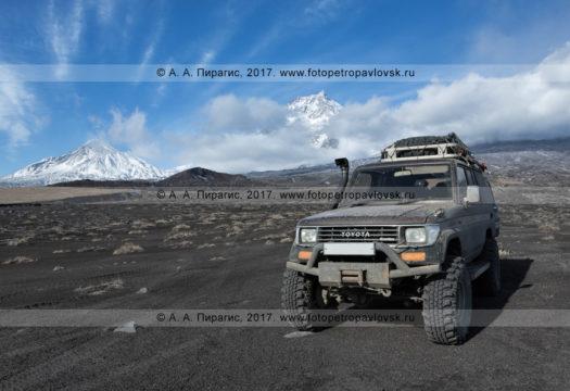 Фотография: японский внедорожник Toyota Land Cruiser Prado на фоне вулканов полуострова Камчатка