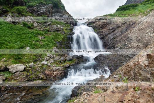 Фотография: летний камчатский пейзаж — вид на красивый водопад на реке Тахколоч. Камчатка, горный массив Вачкажец