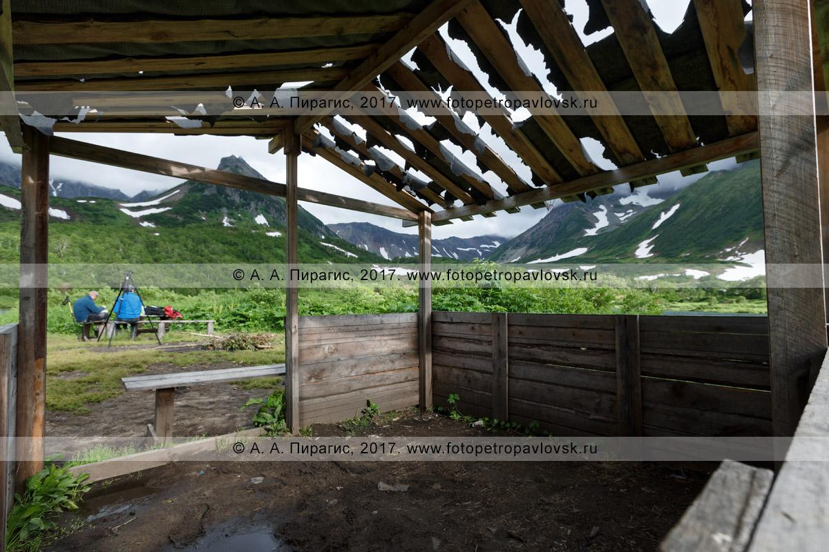 Фотография: интерьер деревянного навеса (беседка) для отдыха туристов и путешественников возле живописного озера Тахколоч в горном массиве Вачкажец на полуострове Камчатка