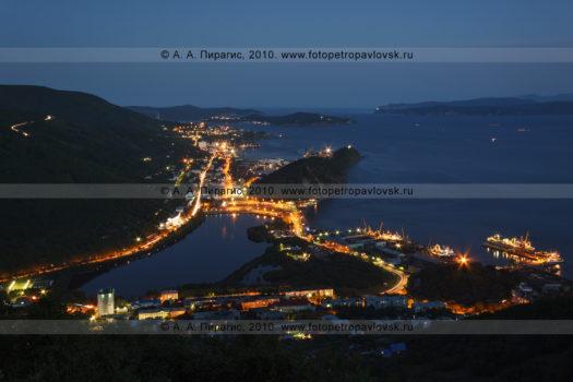 Фотография вида с Мишенной сопки на вечерний Петропавловск-Камчатский, Култучное озеро и Авачинскую губу