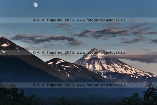Камчатский горный пейзаж, вид на Вилючинский вулкан на закате