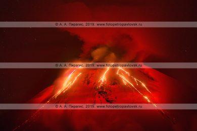 Потрясающая фотография: Извержение Авачи! Авачинский вулкан на полуострове Камчатка, ночной вид на красные раскаленные потоки лавы, вытекающие из кратера действующего вулкана Авачинская сопка в Камчатском крае.